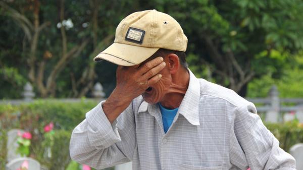 Tiếng khóc xé lòng trước bia đá ở nghĩa trang Trường Sơn