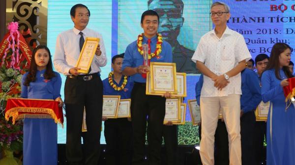 30 thanh niên đại diện cho 121.000 thanh niên của Quảng Trị được trao giải thưởng gương mặt trẻ tiêu biểu