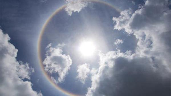"""Lý giải hiện tượng quầng sáng lạ """"bao vây"""" mặt trời tại Quảng Trị"""