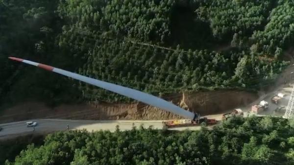 Clip: Xe chuyên dụng vận chuyển cánh quạt dài 74 m tại tỉnh Quảng Trị