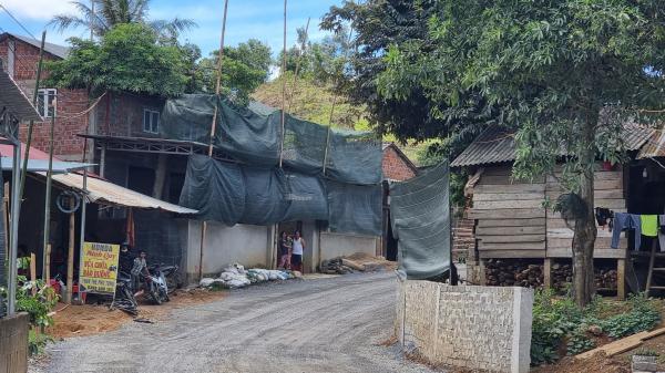 Quảng Trị: Nhà tạm, cọc tre bất thường mọc dọc đường vào dự án điện gió chờ... đền bù