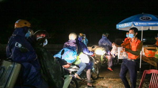 Quảng Trị: Hỗ trợ người dân về quê qua chốt kiểm tra y tế Hải Lăng