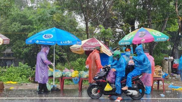 Hành động làm ấm lòng nghìn người đi xe máy về quê dưới cơn mưa nặng hạt