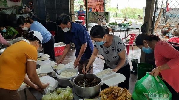 Nghìn suất cơm được chuẩn bị sẵn ở Quảng Trị, bà con về quê đói cứ vào lấy