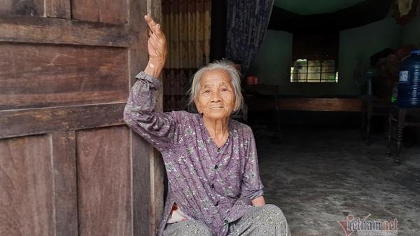 Quảng Trị: Gánh nợ 50 triệu đồng, mẹ già còng lưng đi rừng nuôi con bệnh tật