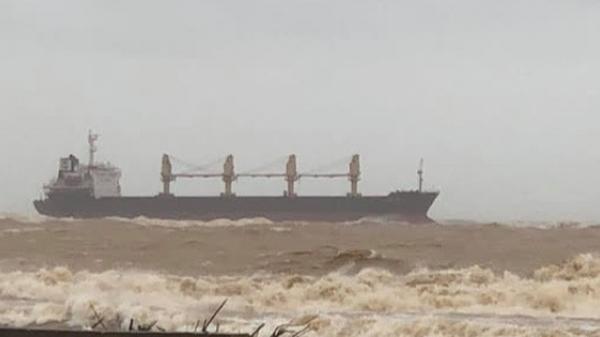 Tàu hàng có 8 người Trung Quốc mắc cạn trên vùng biển Quảng Trị