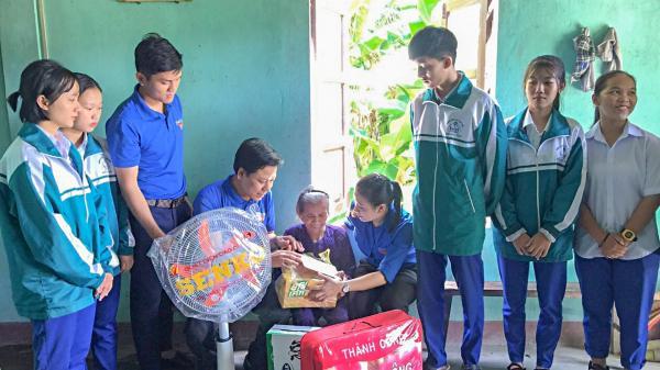 Học sinh Trường THPT Đông Hà nhận chăm sóc 3 cụ bà neo đơn