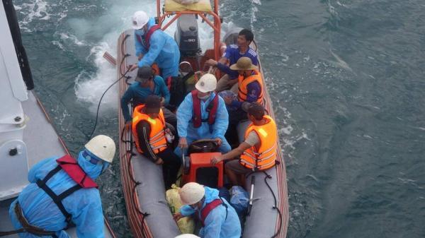 Vừa cứu thành công 13 thuyền viên gặp nạn do tàu đâm vào đá ngầm
