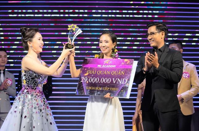 Với nỗ lực của mình, Khánh Linh đã đạt giải Quán quân kỳ thi MCA Sincere Star mùa thứ tư của MC Academy.